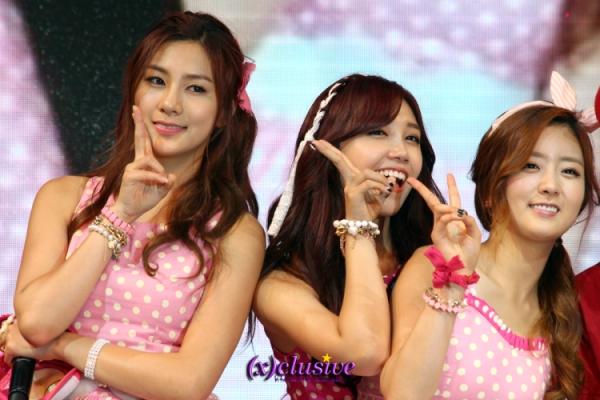 A-PINK's Hayoung, Eunji, Bomi