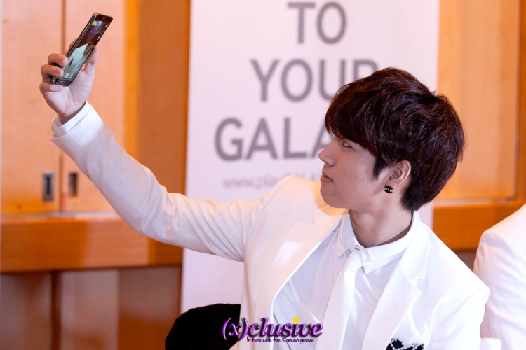 Selca King Woohyun with a quick tutorial of how to take the best selfie!